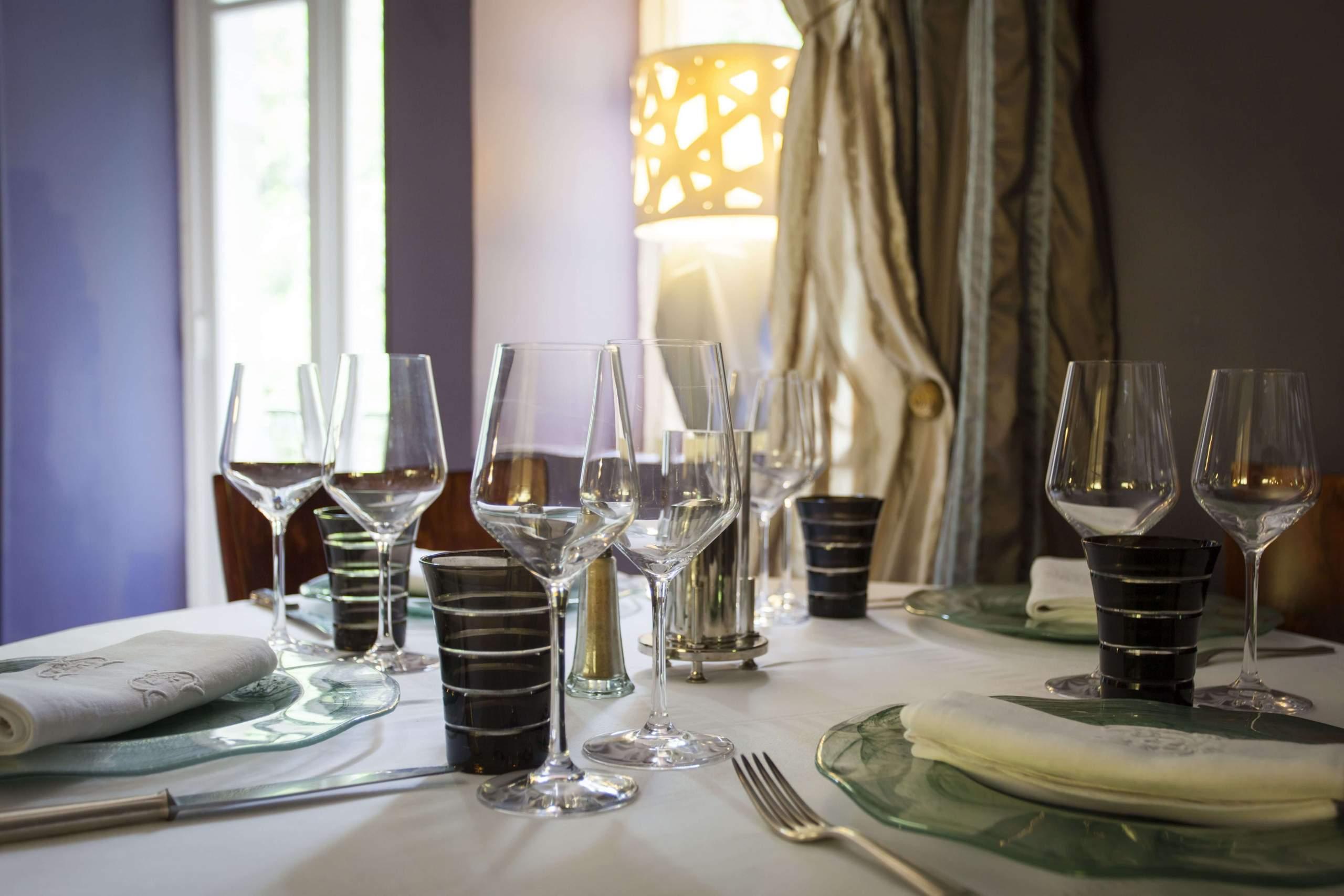 Table · La Source Bleue · Hotel de Charme Insolite Haute-Marne
